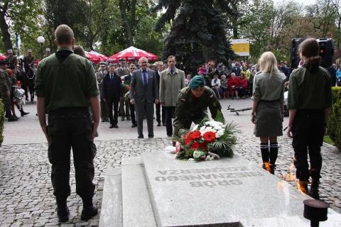 Składanie kwiatów na Grobie Nieznanego Żołnierza w Chełmnie, 3 maja